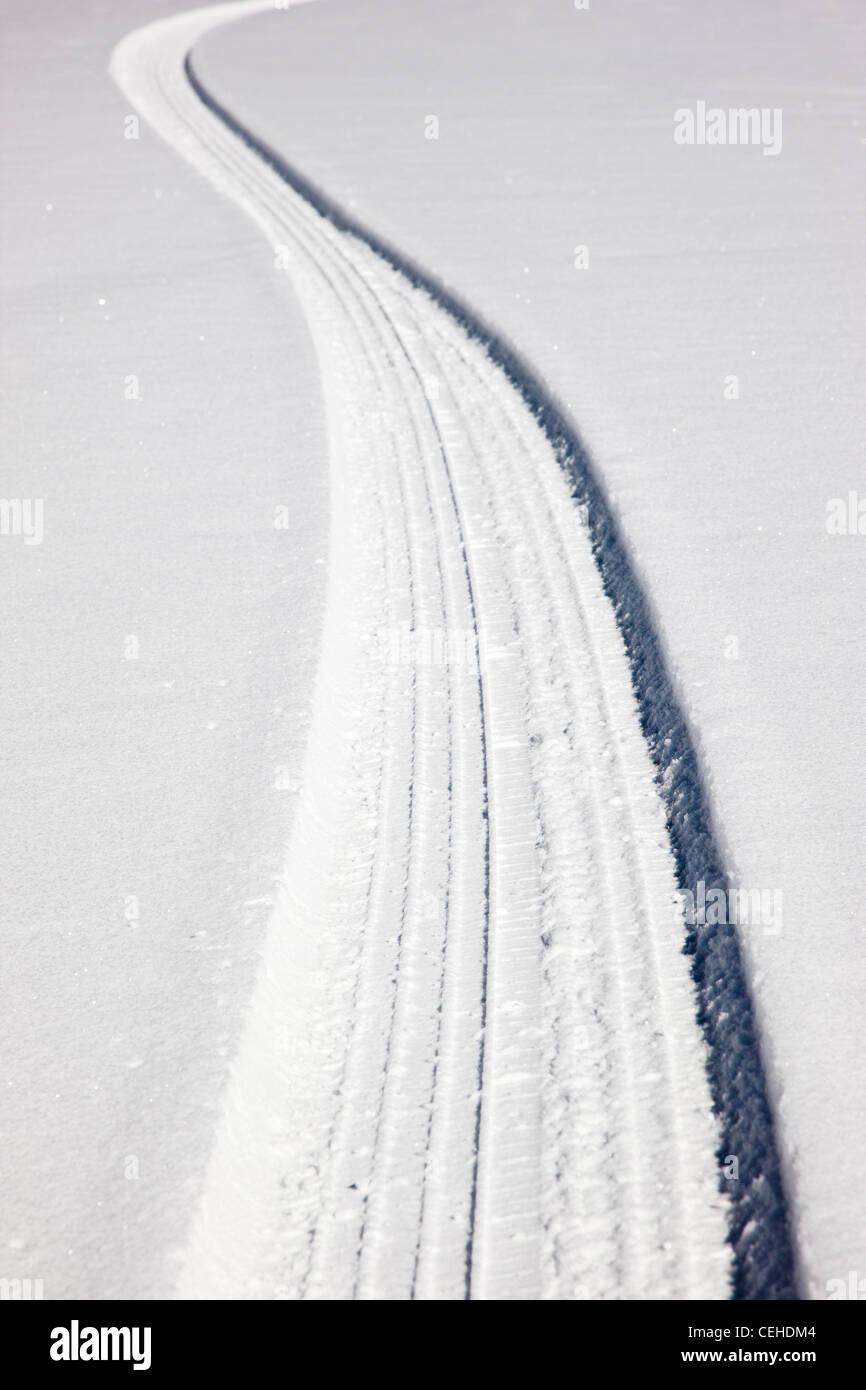 Des traces de pneus sur une route de montagne couverte de neige près de Monarch Pass, Chaffee Comté, Colorado, Photo Stock