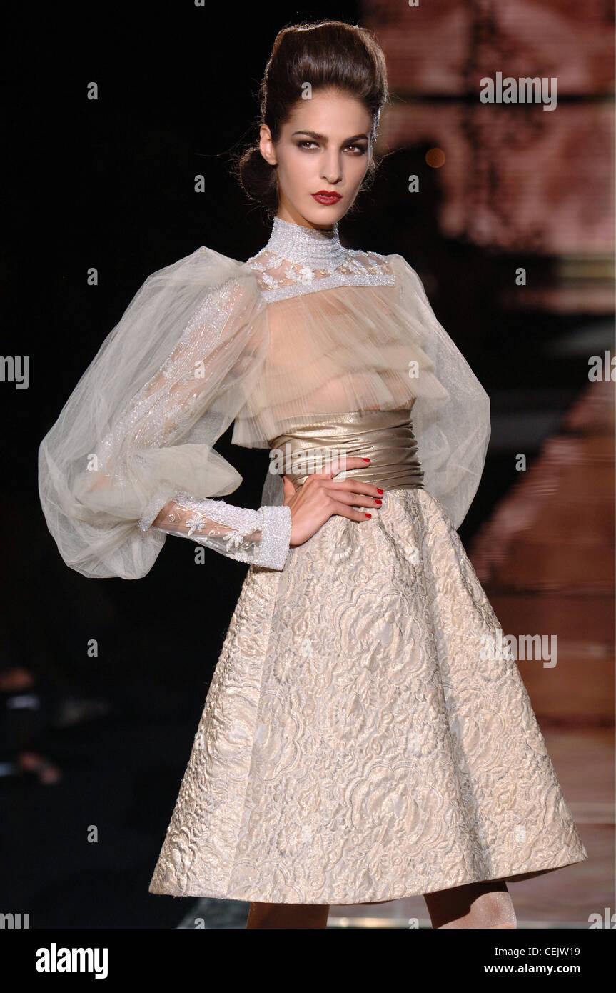41630ee7ec5 Valentino Haute Couture Paris Automne Hiver Brunette modèle féminin portant  une ligne de couleur crème