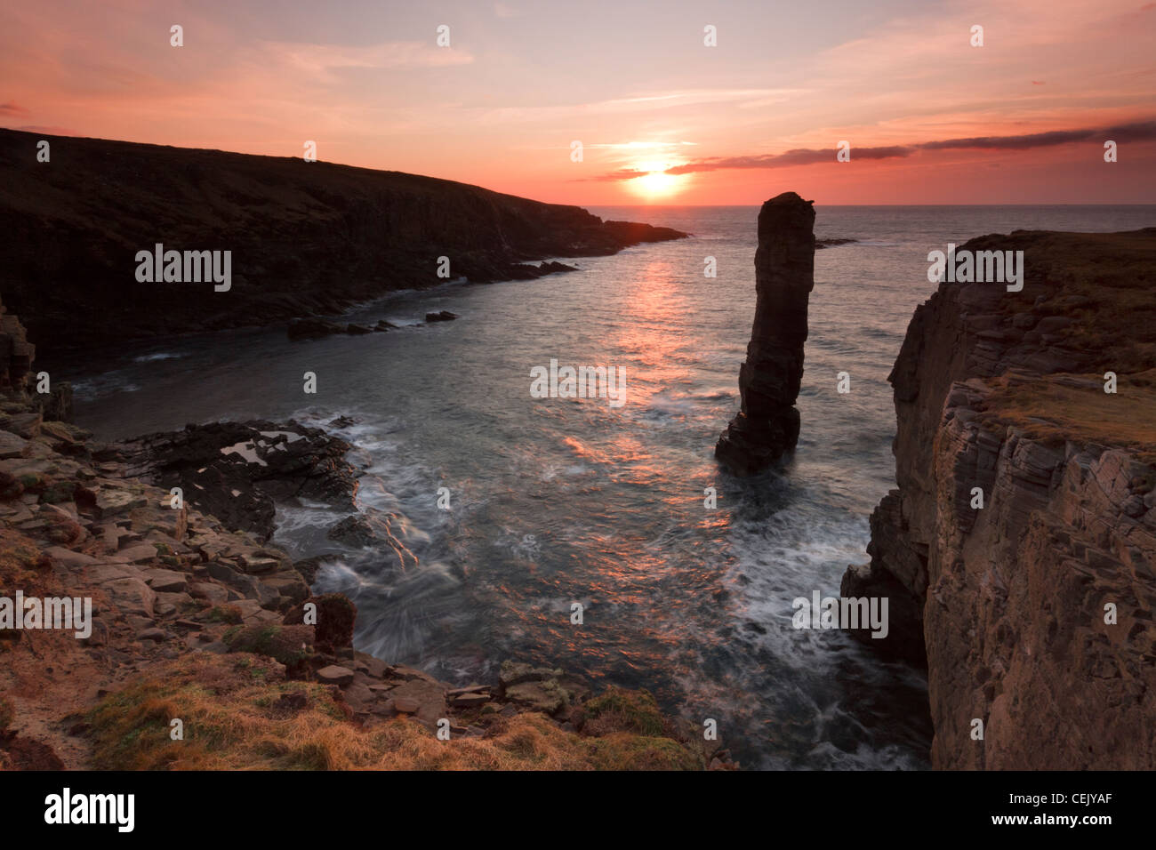 Au coucher du soleil d'hiver mer Yesnaby pile, Orkney Photo Stock