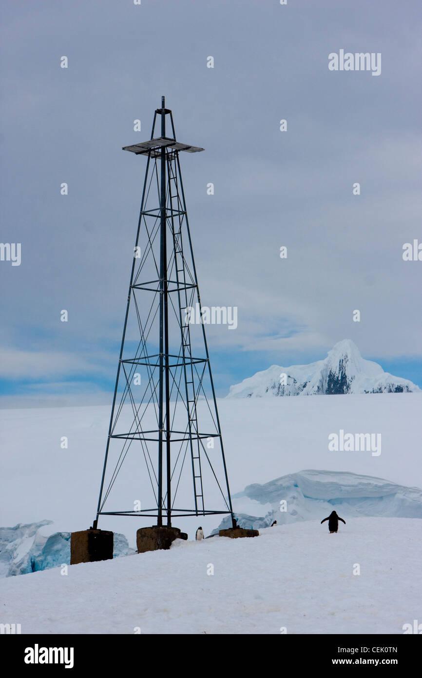 Penguin debout à côté de tower dans l'Antarctique Banque D'Images
