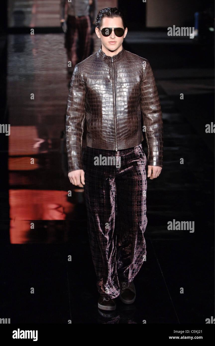 Giorgio Une W De D'un Milan Brunette Homme Portant Vêtements Armani Oz0rwO