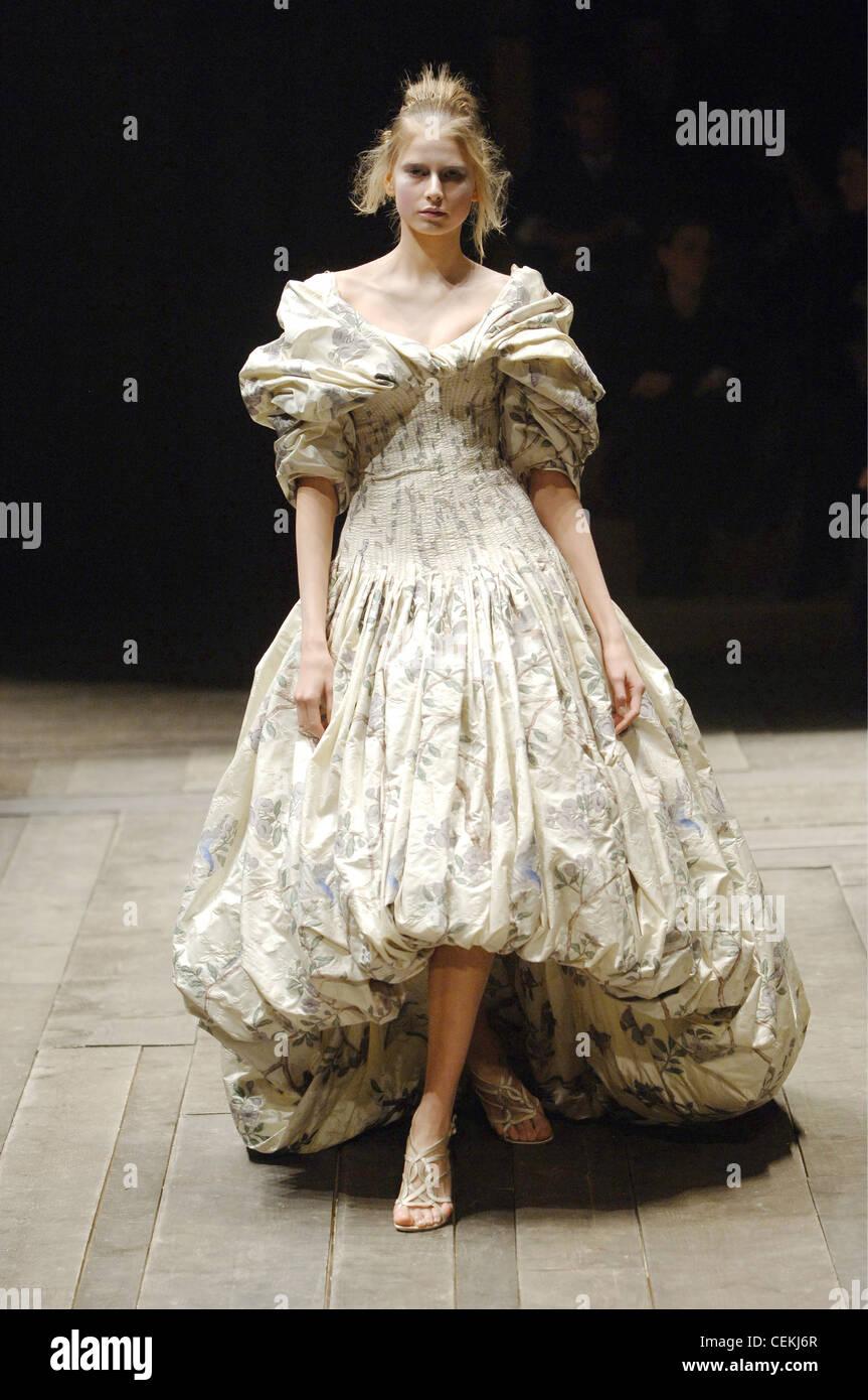 0617b28bc257 Alexander Mcqueen Prêt à Porter Paris UN W modèle femme blonde Hana  Soukupova portant un motif