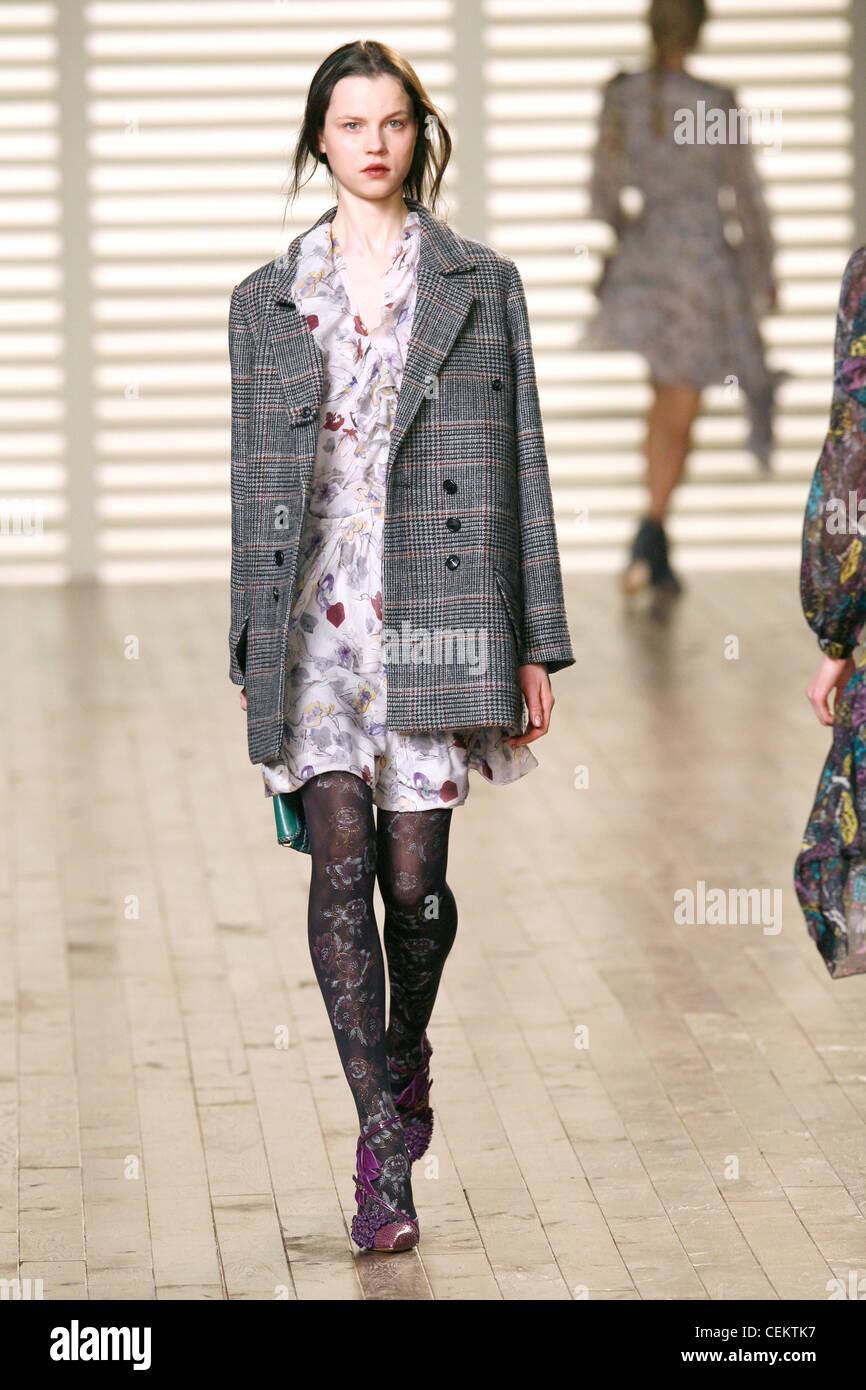 Chloe Paris Prêt à Porter Automne Hiver mannequin portant un blouson à  carreaux gris et blanc f0596d99906