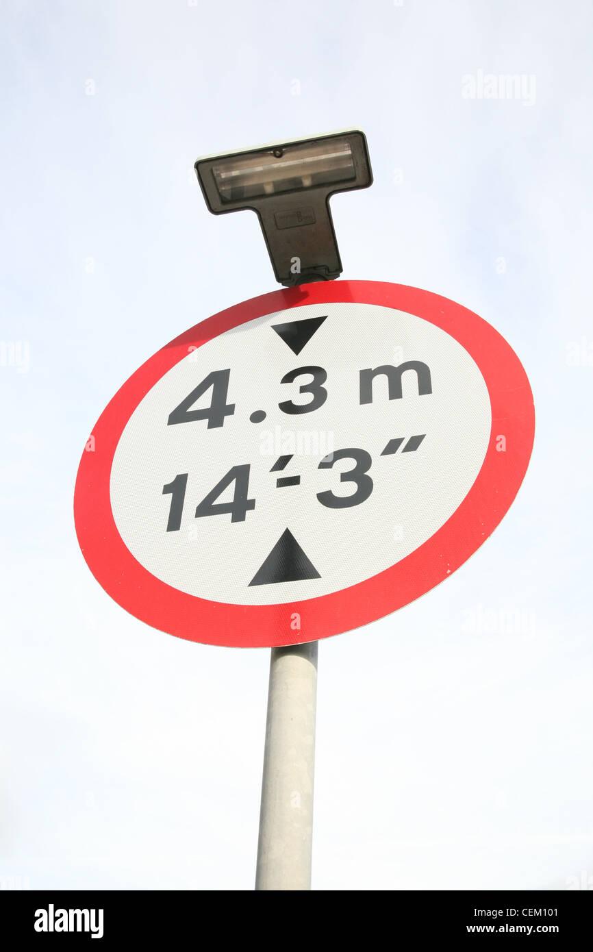 Signe de la limite de hauteur d'un pont peu élevé d'avertissement Photo Stock