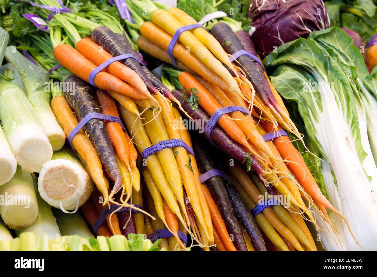 Dans la culture biologique de légumes et les carottes USA at Market Stall Photo Stock