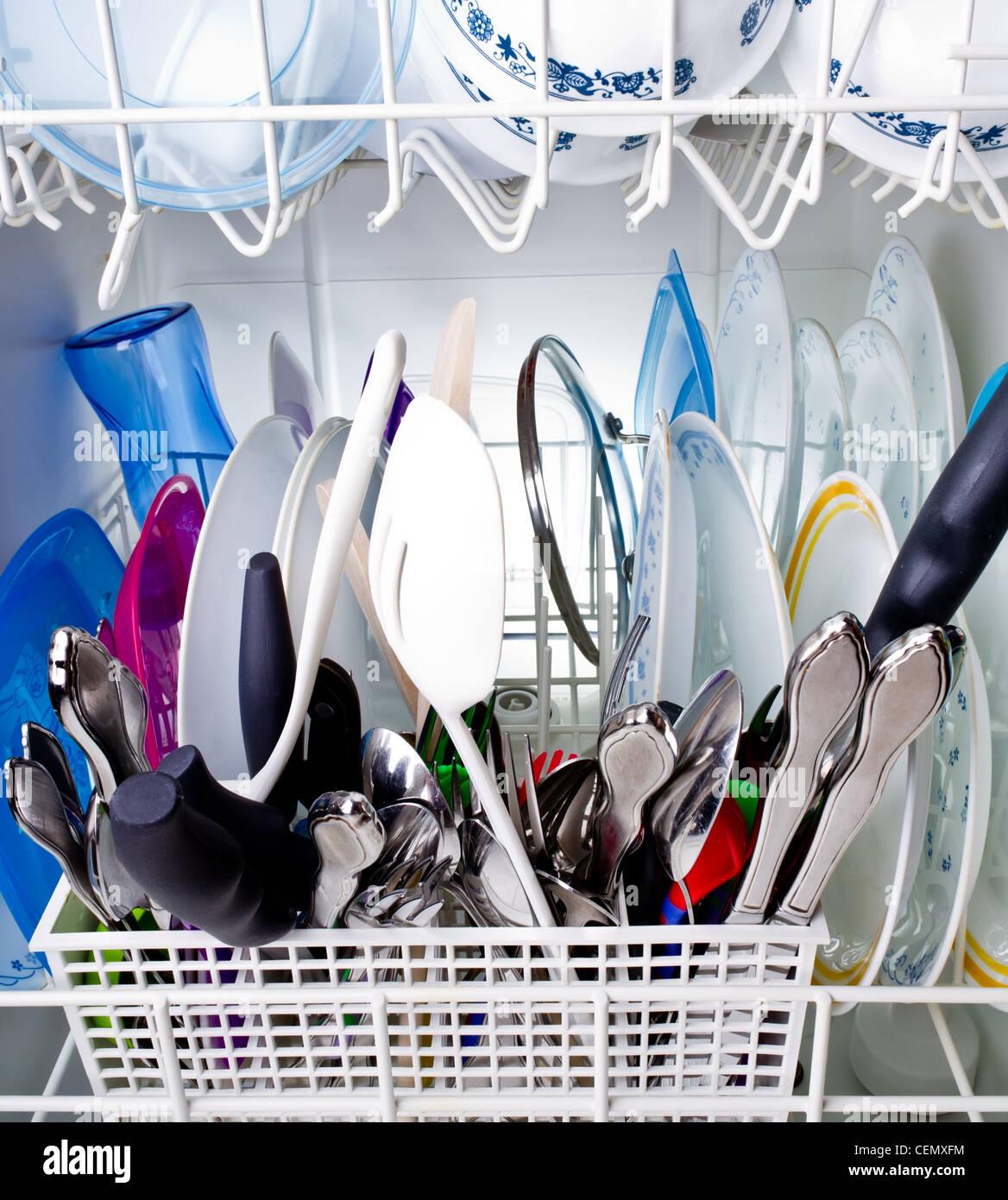 Nettoyer Interieur Lave Vaisselle nettoyer l'intérieur d'un lave-vaisselle banque d'images