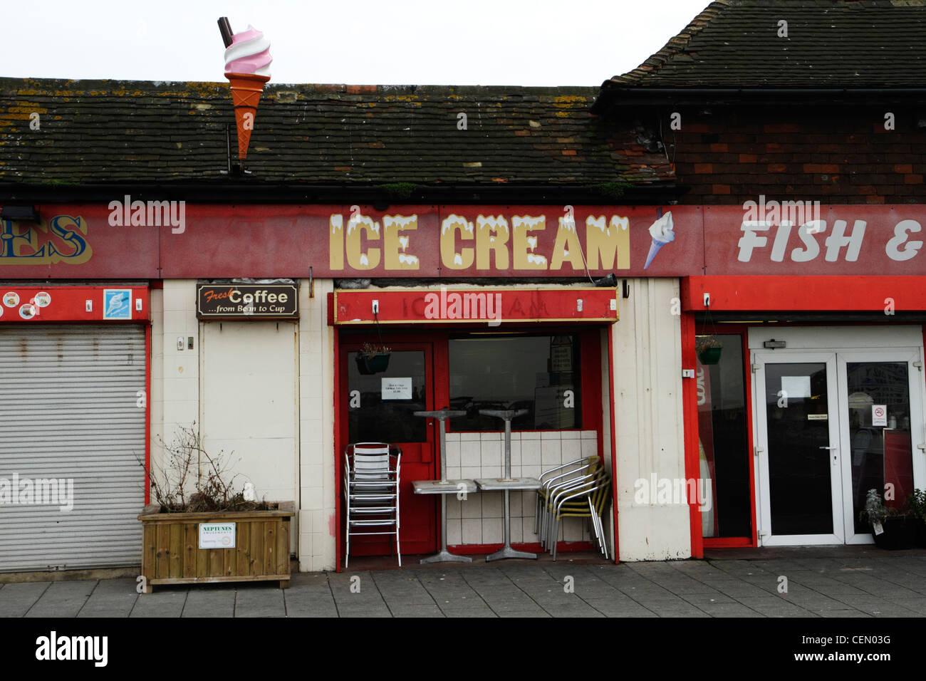 Front délabrée un salon de crème glacée, Herne Bay, Kent UK Photo Stock