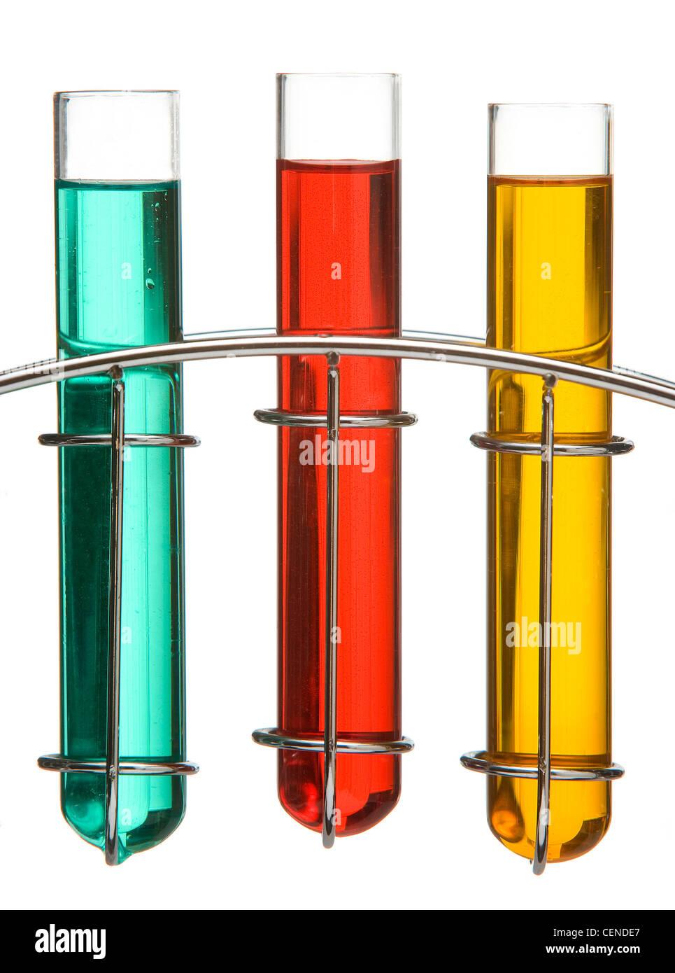 Le bleu, rouge et jaune liquide dans des tubes à essai en verre dans un stand chrome Photo Stock