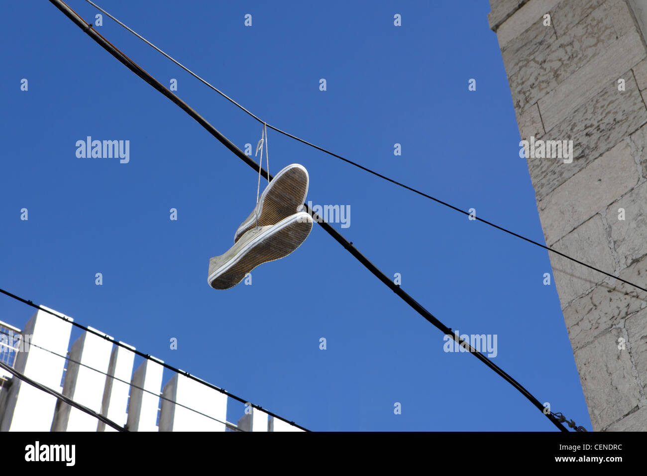 Shoefiti, rite de passage de la culture des jeunes, le centre de Lisbonne, Portugal. Photo Stock