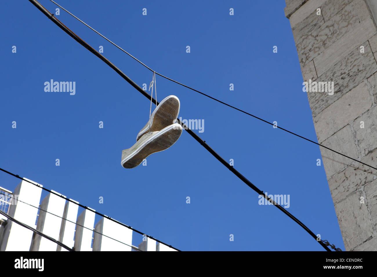 Shoefiti, rite de passage de la culture des jeunes, le centre de Lisbonne, Portugal. Photo Stock