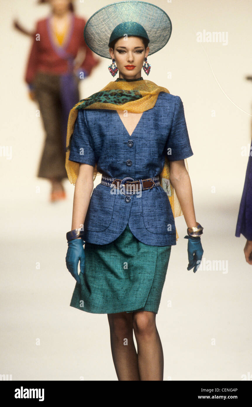 grossiste cc100 5052f Yves Saint Laurent Printemps Été Mannequin portant une jupe ...