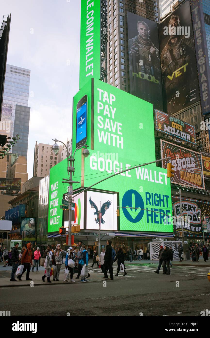 L'affichage vidéo lumineux géant favorise l'utilisation de Google Wallet pour les achats Photo Stock
