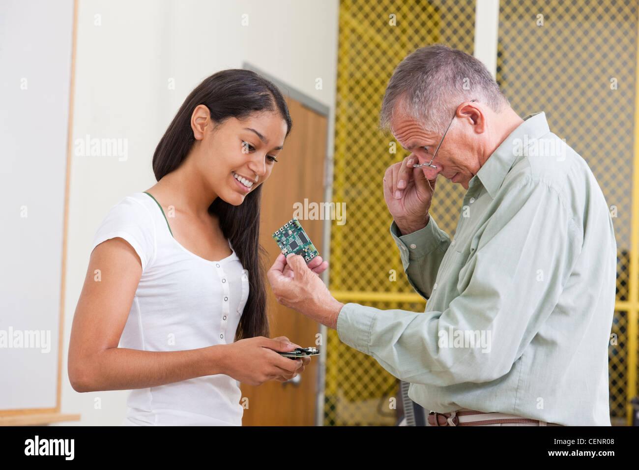 Les cartes de circuits, professeur de génie montrant à un étudiant Photo Stock