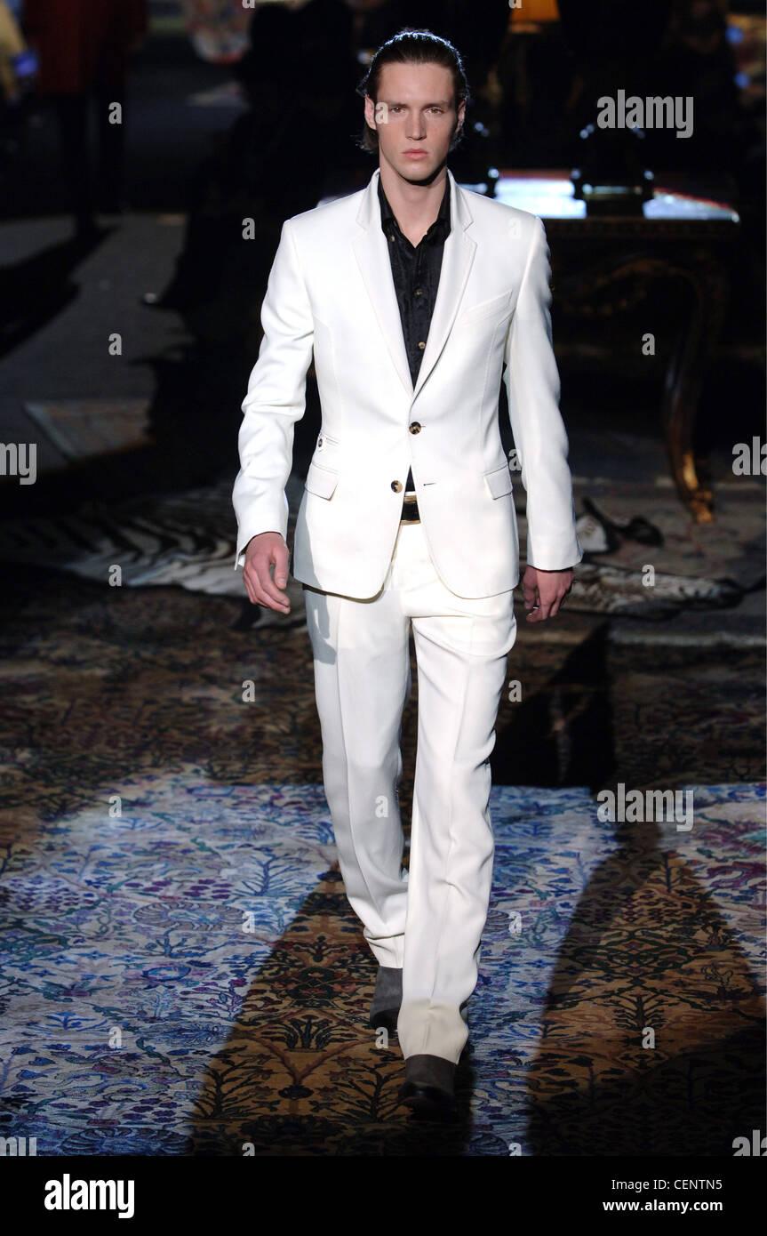 Vêtements pour homme Roberto Cavalli W Milan un homme blond foncé avec  cheveux peignés en arrière c5918a647c2e