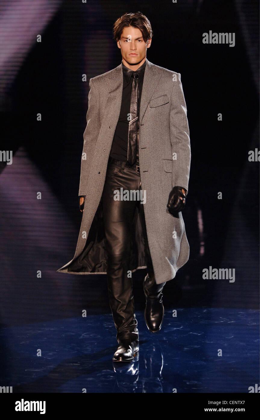 Vêtements pour homme Versace Milan UN W Brunette portant un mâle longueur  genou gris manteau sur un bouton noir, cravate en cuir noir, 5922423c8ac