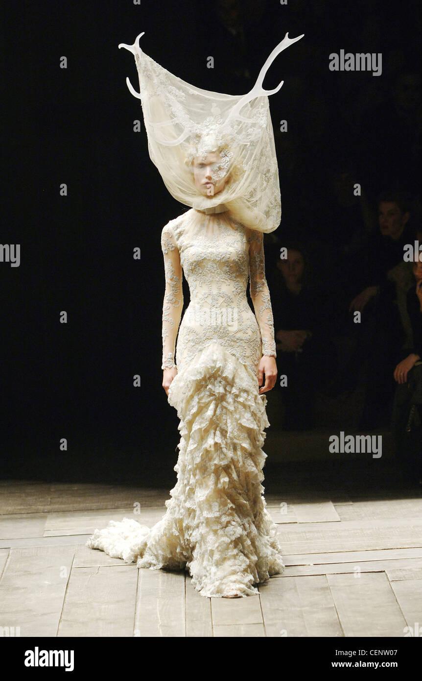 1d03090f97b1 Alexander Mcqueen Prêt à Porter Paris UN W Blonde female model Raquel  Zimmermann portant une robe