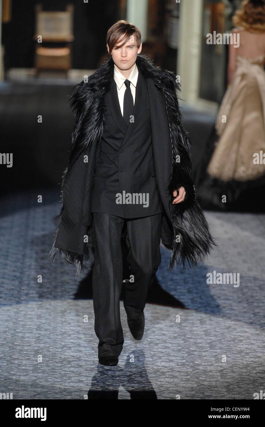 aedf3c248c7 Roberto Cavalli Milan Prêt à Porter Automne Hiver Dandy   homme vêtu de  noir manteau de fourrure animale plus de costume noir