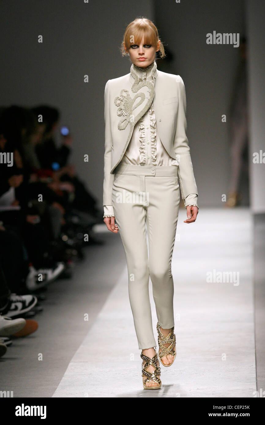 Givenchy Paris Prêt à Porter Automne Hiver mannequin portant un pantalon  beige serré 713bdc7709b