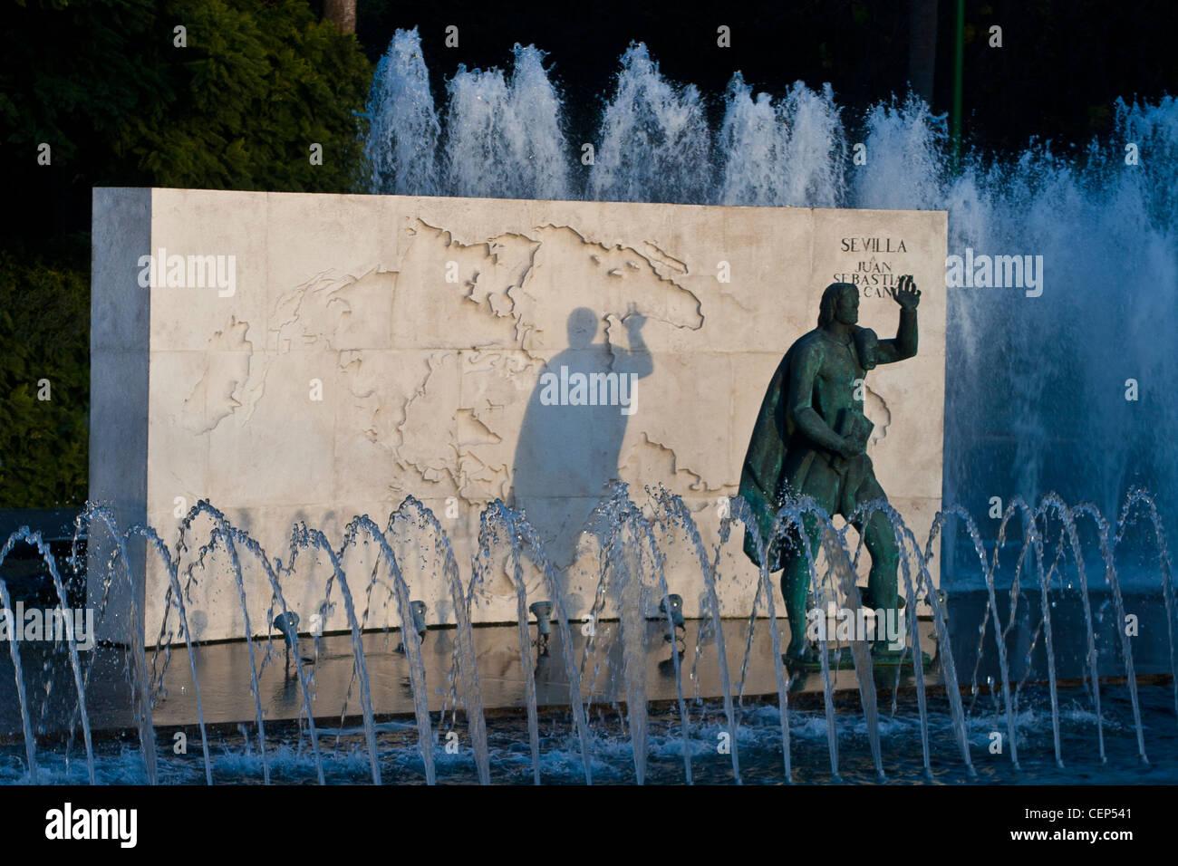 Séville Monument à Juan Sebastian Elcano, explorer, tour du monde avec Magellan Banque D'Images