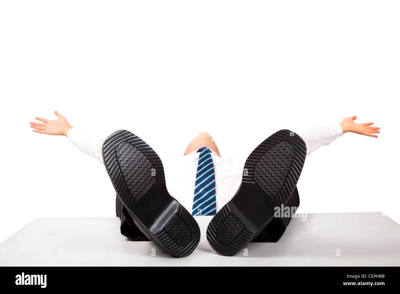 L'homme d'affaires de détente avec les pieds sur le bureau Photo Stock