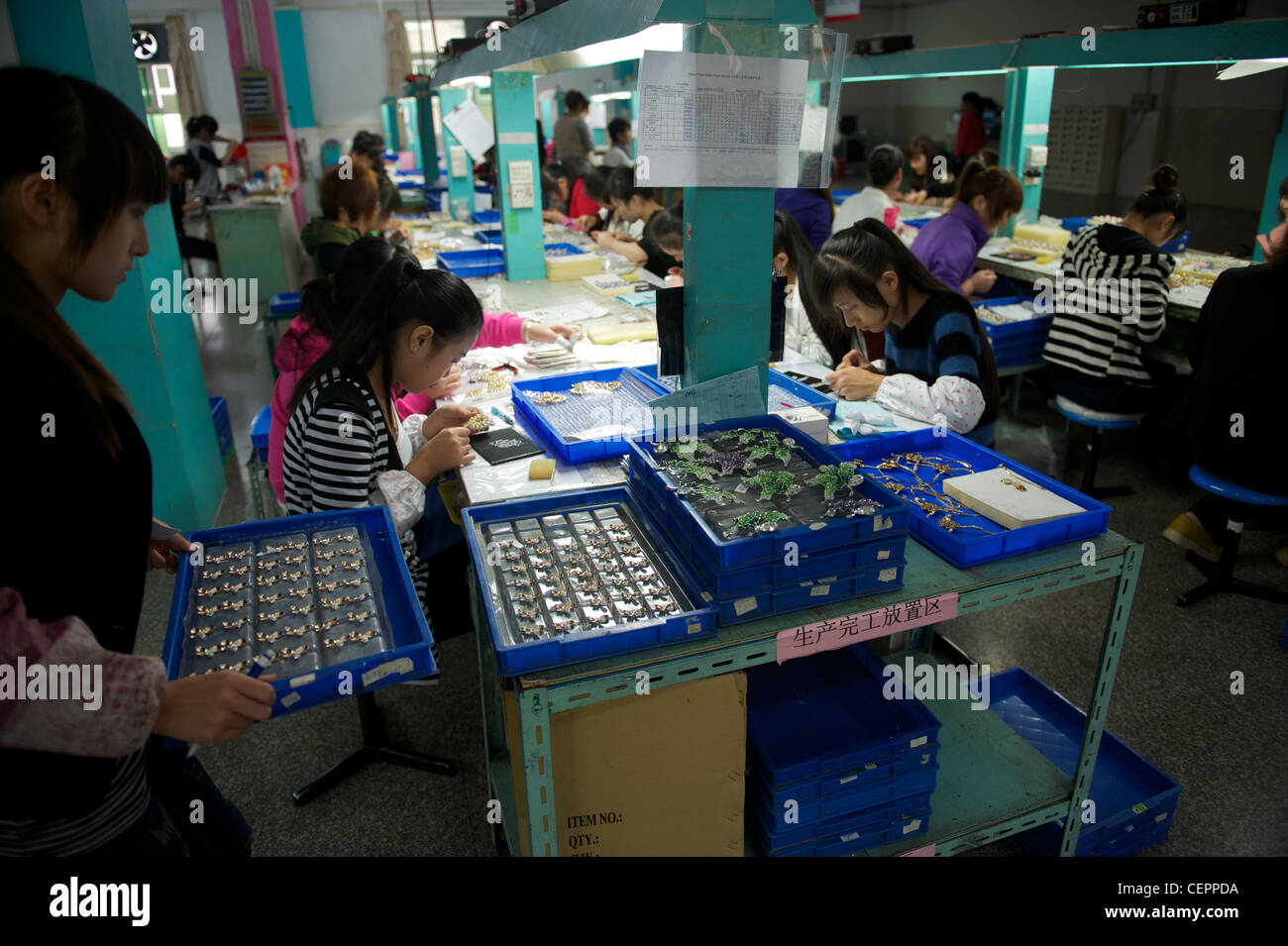 Les employés font mode bijoux dans le Zhejiang Neoglory Jewellery Co., Ltd. à Yiwu, Zhejiang, Chine. 07 Photo Stock