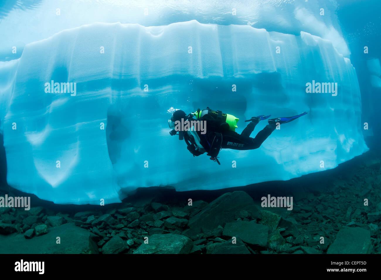 La plongée sous glace dans le lac de montagne Sassolo, Sambuco Valley, Tessin, Suisse Photo Stock
