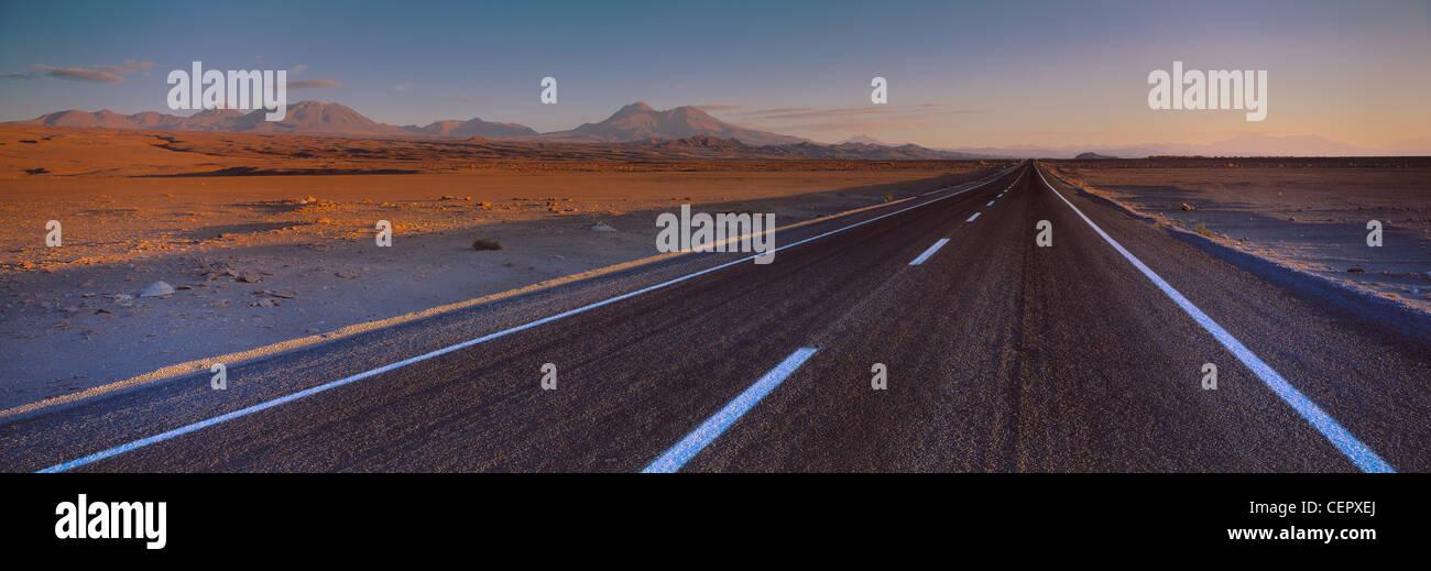 La route de Socaire, Désert d'Atacama, dans le nord du Chili Banque D'Images
