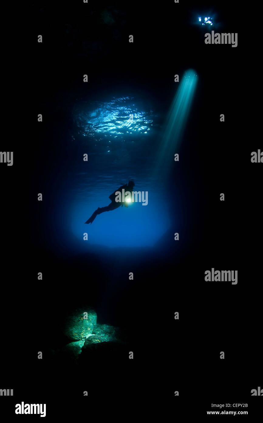 Scuba Diver Silhouette en Grotte Verte, l'île de Vis, Mer Adriatique, Croatie Photo Stock