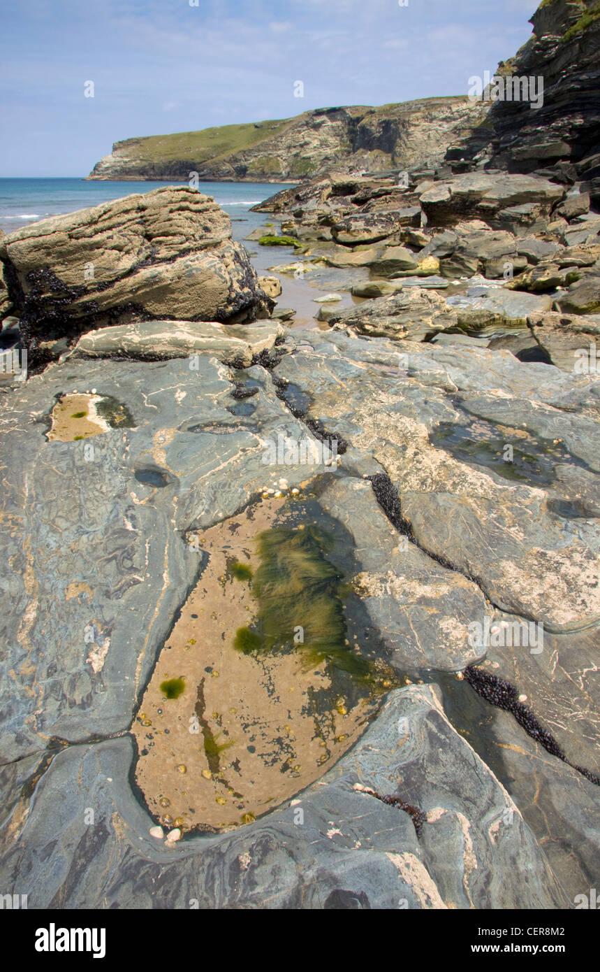 Une roche couverte de Trebarwith Strand Beach en Cornouailles du nord. Photo Stock