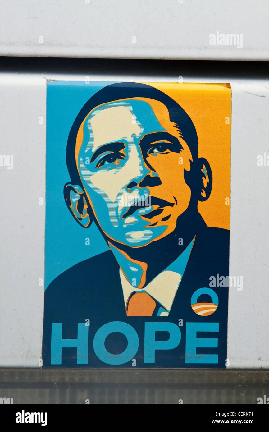 5ce71f4c04a Shepard Fairey sérigraphie de Barack Hussein Obama  Hope  autocollant  apposé sur une voiture Photo
