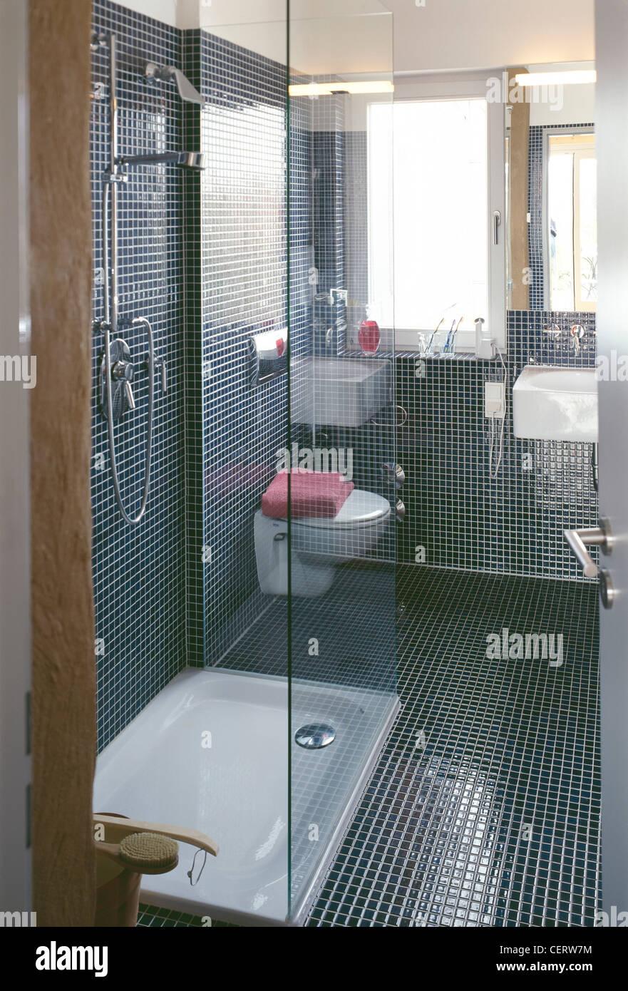 salle de bains de style moderne des murs de mosa ques floand cabine de douche plateau blanc et. Black Bedroom Furniture Sets. Home Design Ideas