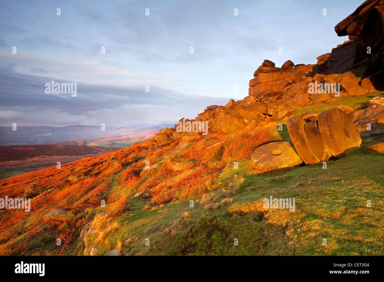 Meules abandonnées sous Stanage Edge à la première lumière dans le parc national de Peak District. Photo Stock