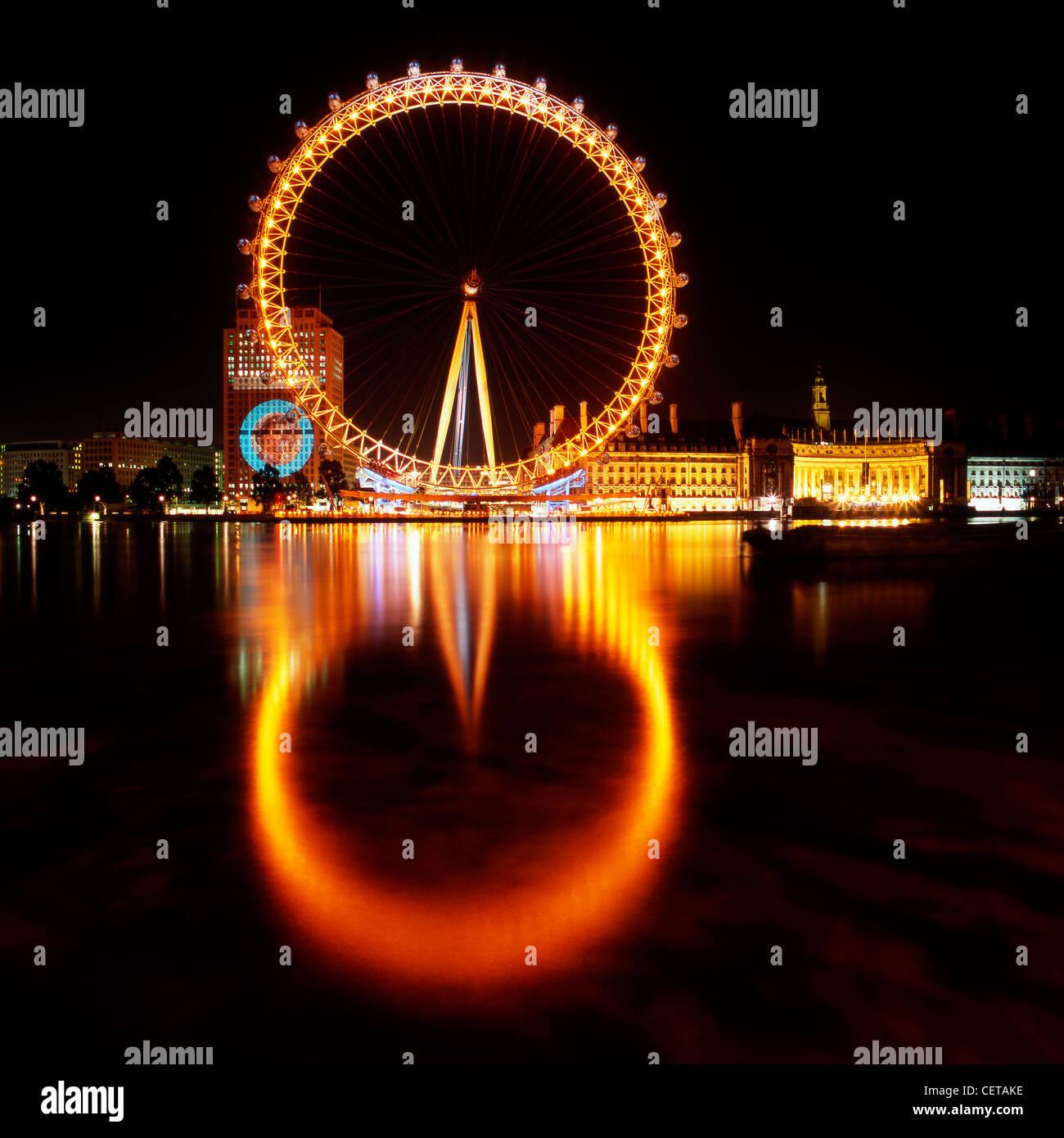 La grande roue de Londres la nuit. Ouvert en 1999, il se situe à 135m de hauteur ce qui en fait la plus grande Photo Stock