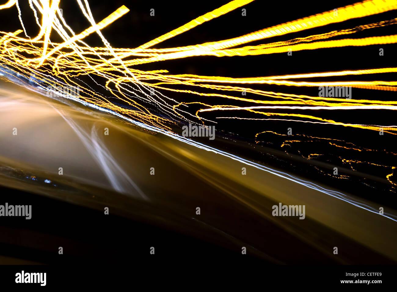 Vue d'une voiture en mouvement à la lumière des sentiers sur l'autoroute M1 dans la nuit. Photo Stock
