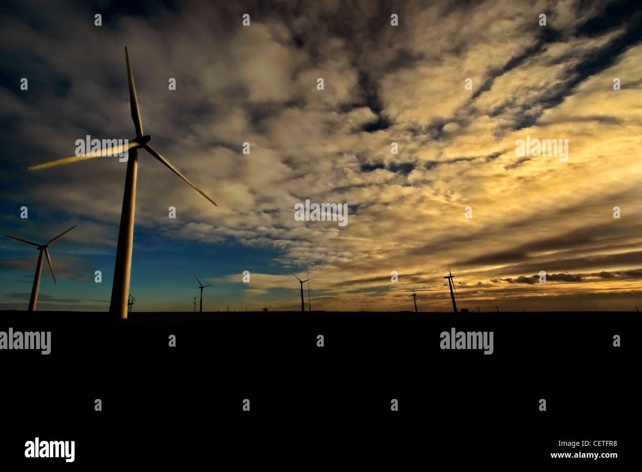 La tombée de ciel au-dessus des turbines éoliennes à Withernsea dans l'East Yorkshire. Photo Stock