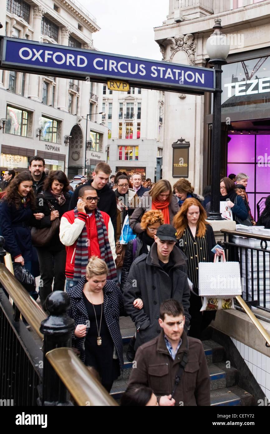 West End de Londres la station de métro Oxford Circus en streaming les passagers à descendre l'escalier Photo Stock