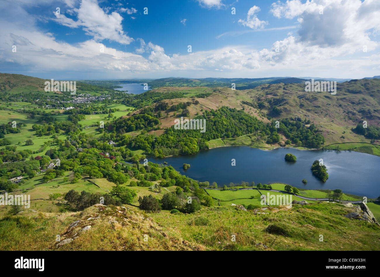 Rydal Water et Windermere dans la Distance du Nab cicatrice. Parc National de Lake District. La région de Cumbria. Photo Stock