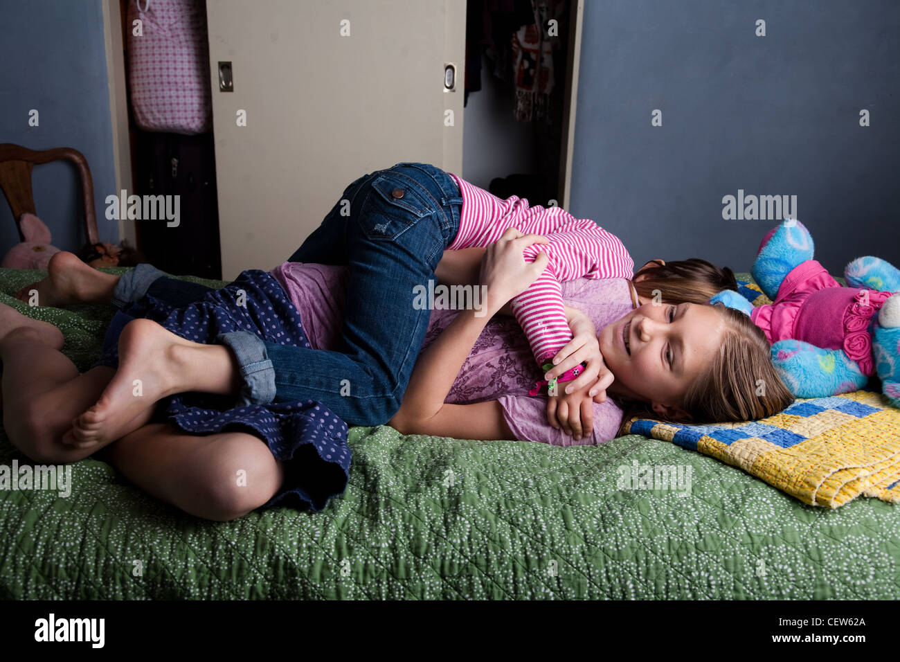 Deux girls wrestling sur le lit Banque D'Images
