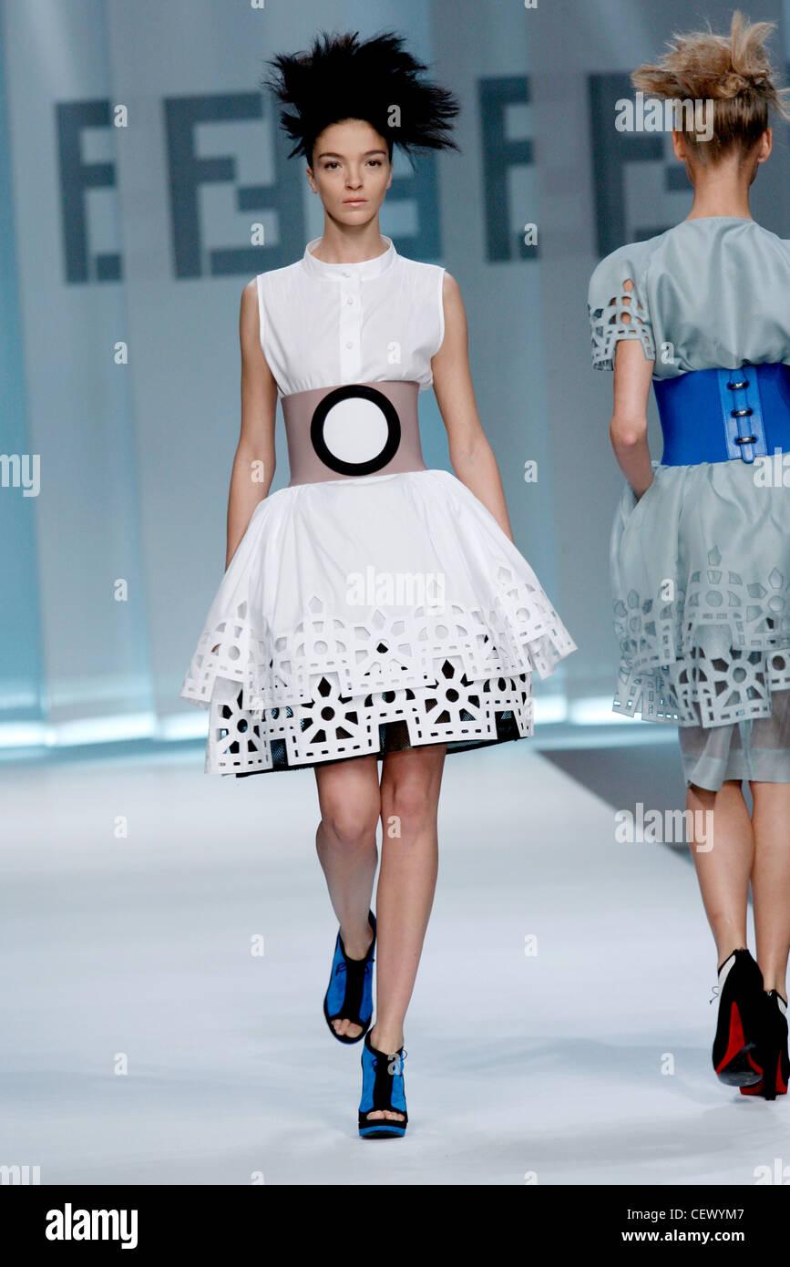 Fendi Milan Prêt à porter printemps été modèle Mariacarla Boscono port  italien blanc sans Photo Stock 5c23efc40ff