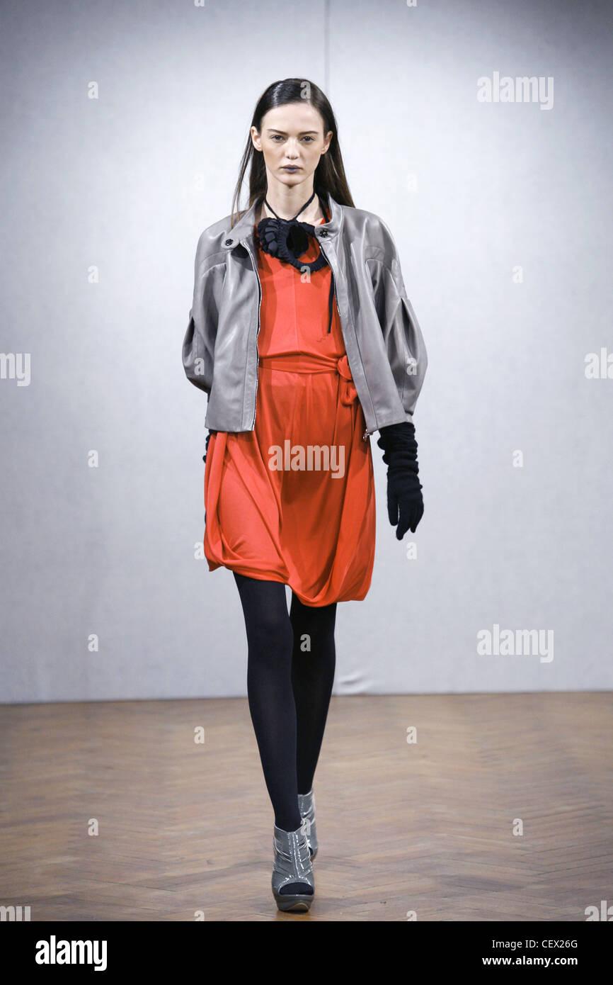a97f7a6d813 Modernistes Londres Prêt à Porter Automne Hiver veste en cuir gris sur  tulip robe rouge