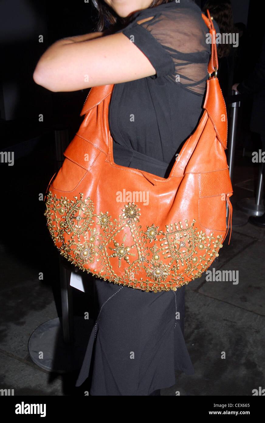 1a23a676ea669 NEW YORK UN W MONTRE MISCELLANY Cropped shot d'une femme portant une robe  noire