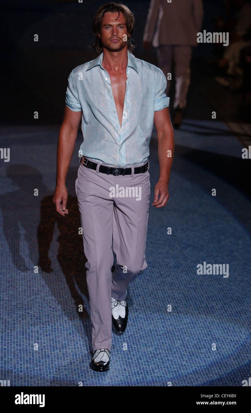 Vêtements pour hommes Versace Milan S S Mâle portant des T-shirt bleu à  motifs avec 5fa520a2c31
