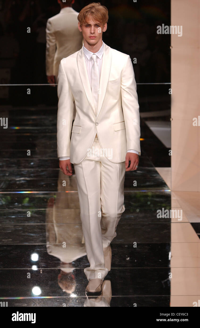 3ab42951b947f Vêtements pour hommes Dolce   Gabbana Milan S S costume blanc Photo Stock