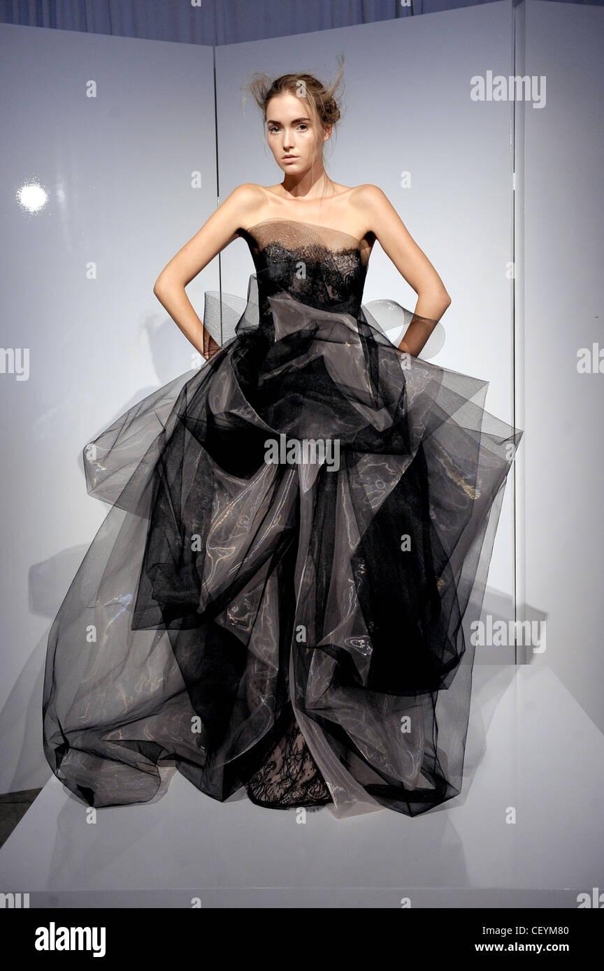740b651b638 Le port d un modèle noir sans bretelles robe de soirée tulle flolength avec dentelle  noire et tissu sculpté