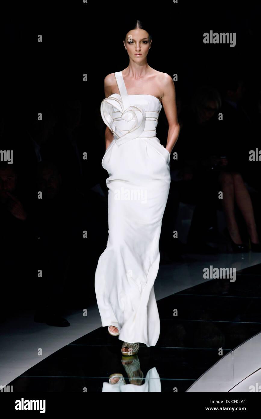 Versace Milan Prêt à porter printemps été modèle Mariacarla Boscono italien  portant pleine Photo Stock 8a8ce82625c