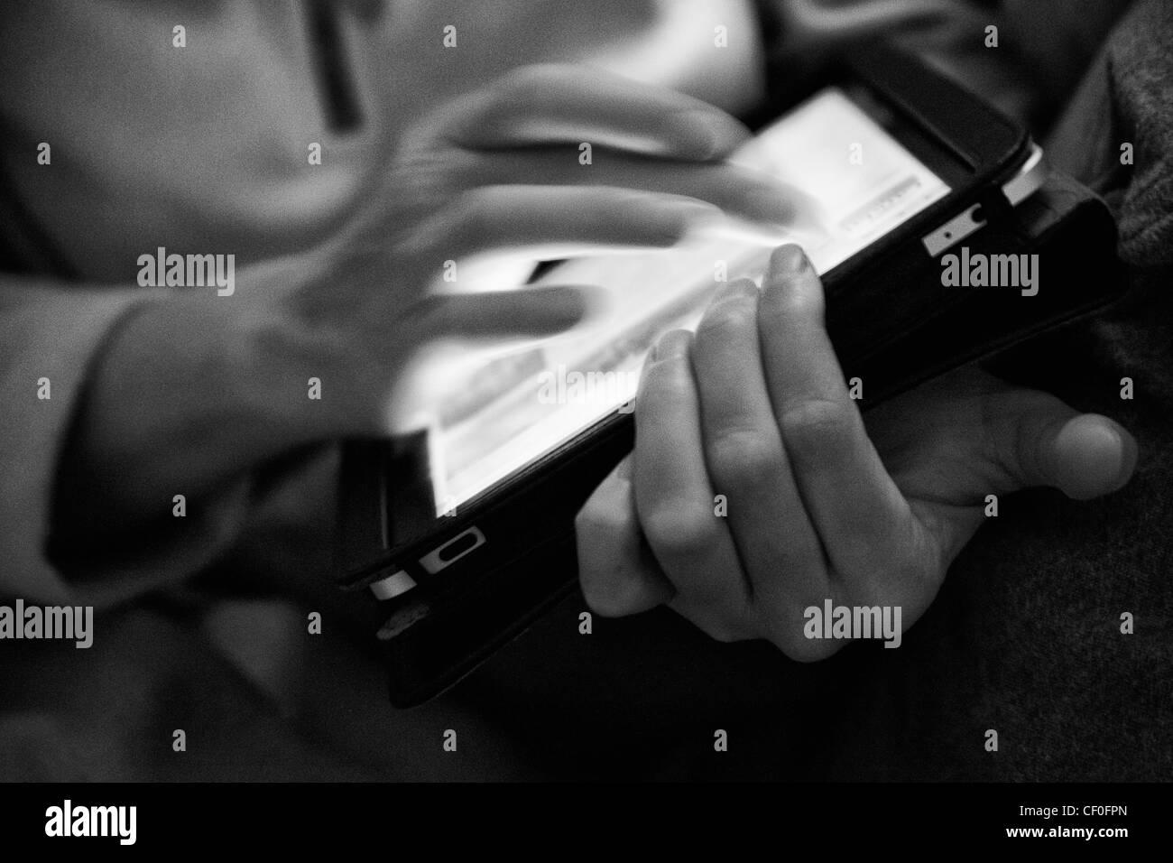 Femme tenant l'Ipad en noir et blanc classique Photo Stock
