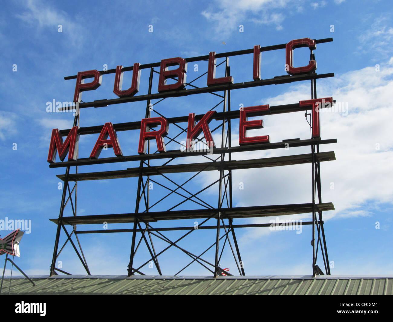 Signe pour le Pike Place Market, Seattle Washington avec fond de ciel bleu. Photo Stock