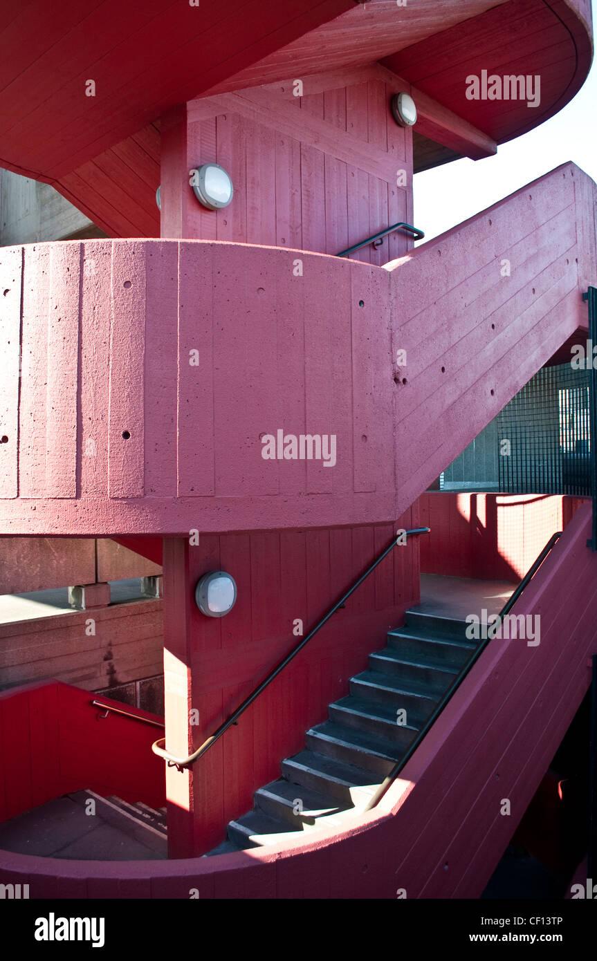 Escalier en béton peint en rouge, la structure de la Banque du Sud, Londres, UK Photo Stock