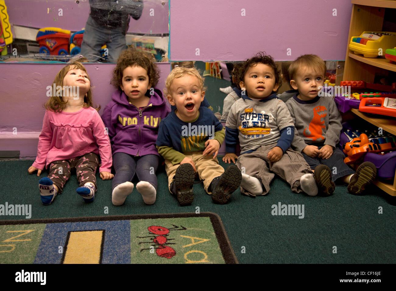 Nous sommes les enfants d'école maternelle/early learning centre dans le quartier de Kensington multiculturelle très Brooklyn, NY Banque D'Images