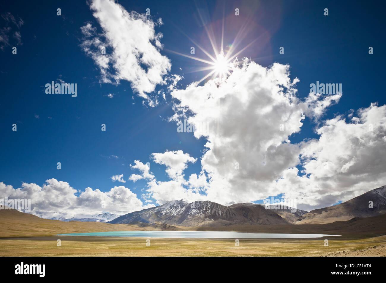 Soleil et de nuages au-dessus d'un lac et montagnes; Ladakh Jammu-et-Cachemire en Inde Photo Stock